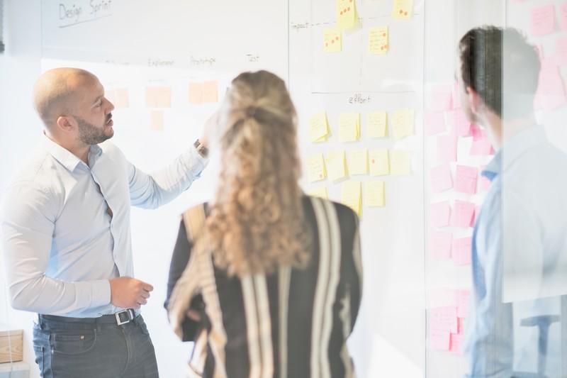 Menno in gesprek met collega's